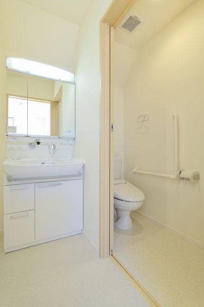 バリアフリーに配慮したトイレ