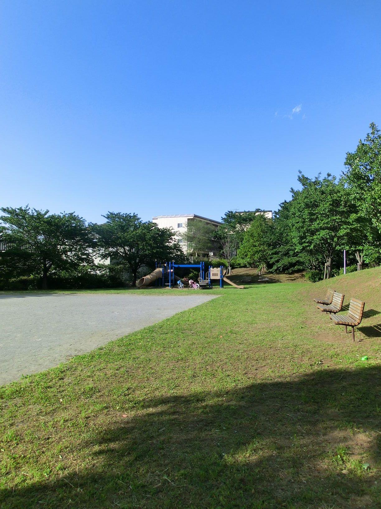 当館の裏には公園がございます。