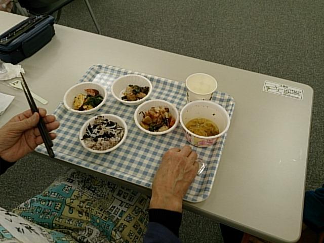 利用者様が取りやすく分かりやすいように食器を配置します