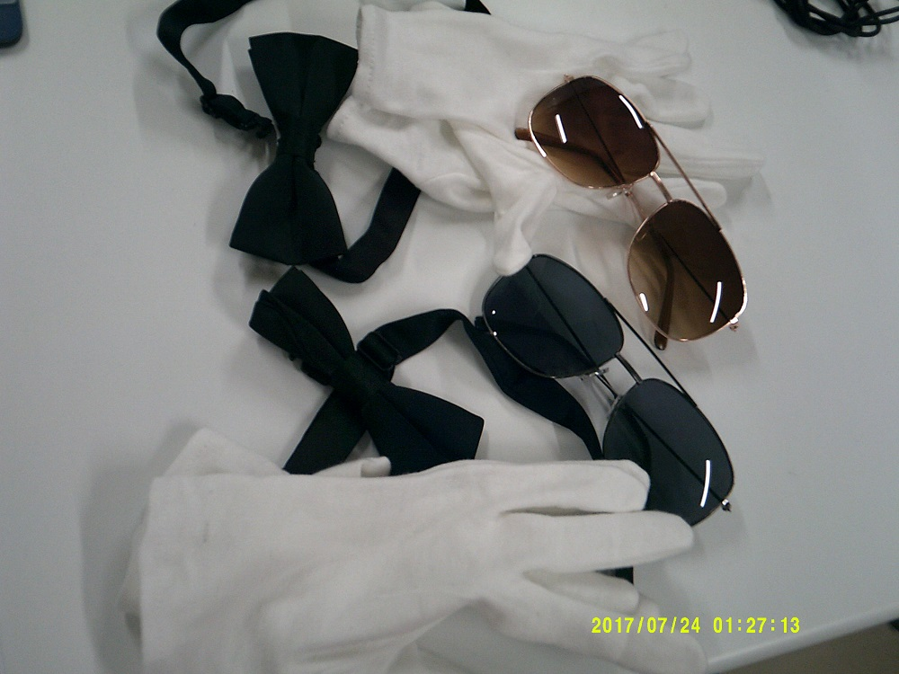 サングラスと蝶ネクタイ!白の手袋・・・あの衣装だよね